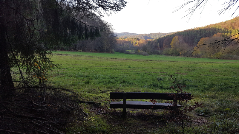 Ein Platz für die Rast mit Blick ins Tal