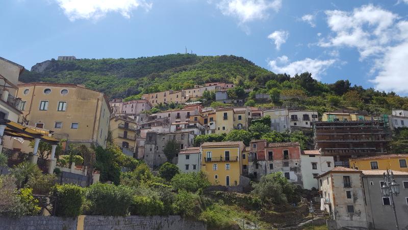 Maratea Blick hinauf zur Christusstatue auf dem Berg San Biagio