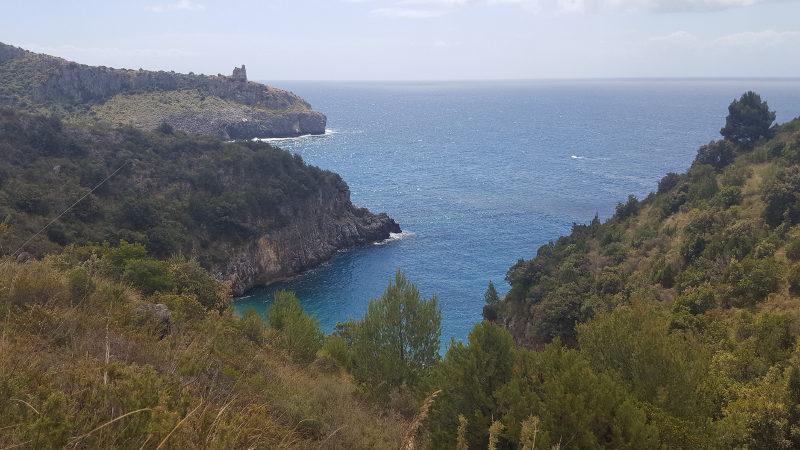 Küstenwanderweg zur Baia degli Infreschi bei Marina di Camerota im Cilento, Italien