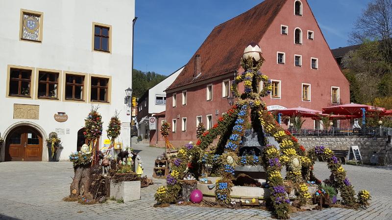 Kastl Marktplatz mit Osterbrunnen