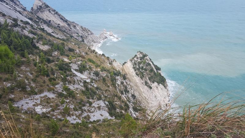 Blick-hinab-zum-Strand-Due-Sorelle