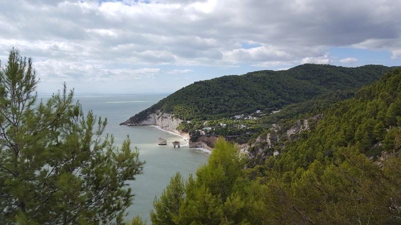 Küstenwanderung Mergoli-Vignanotica, Blick auf Baia delle Zagare