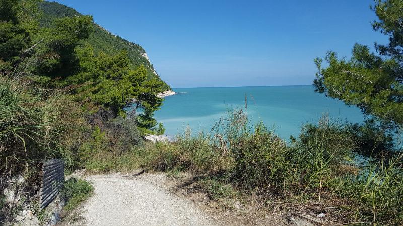 Wanderung zum Strand von Sirolo im Conero, Italien