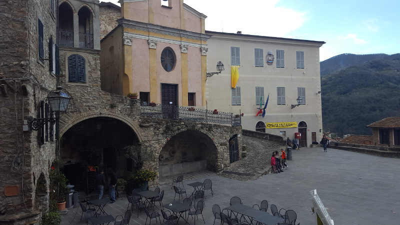 Apricale, zentrale Piazza