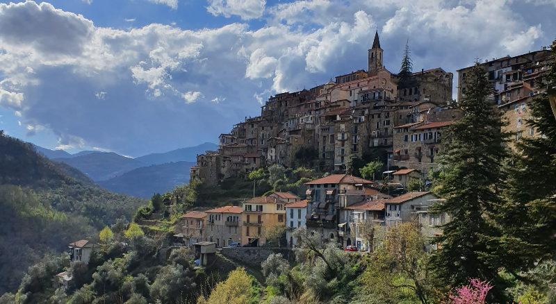 Blick auf  das Bergdorf Apricale Ligurien