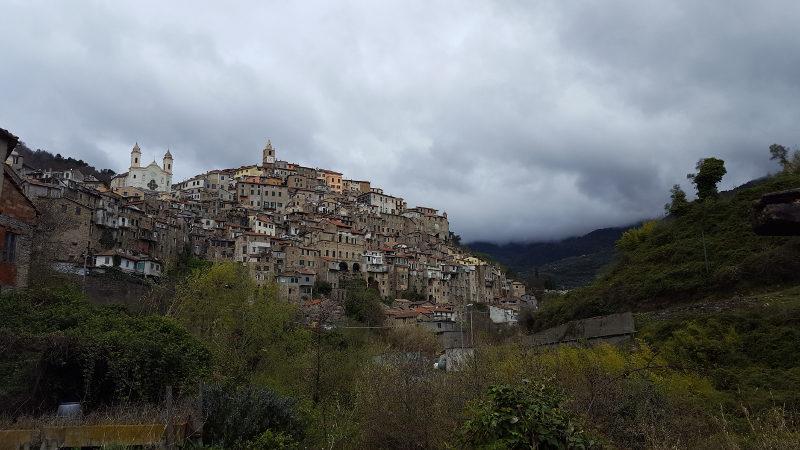 Blick auf das Bergdorf Ceriana in Ligurien bei der Wanderung Ceriana - Colle di Beuzi - Taggia