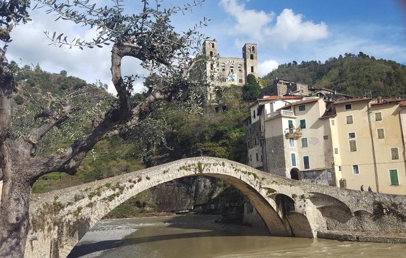 Dolceacqua alte Brücke über den Fluss Nervia
