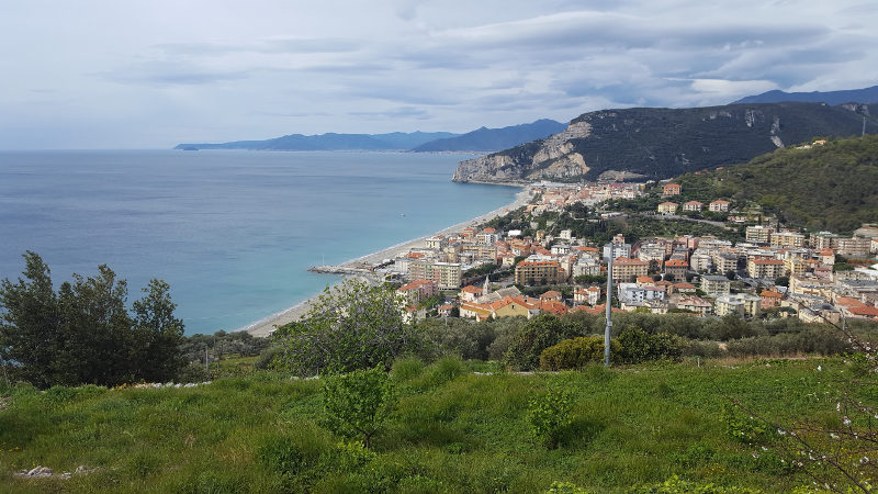 Blick zurück auf Finale Ligure, Ligurien