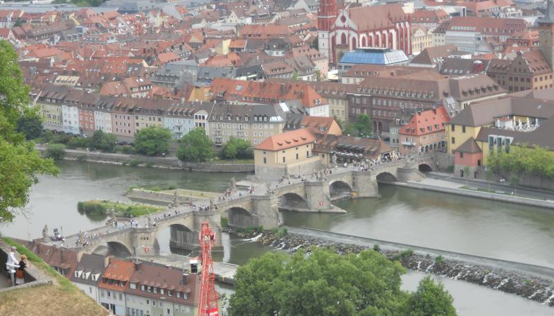 Würzburg Blick hinab zur Alten Mainbrücke